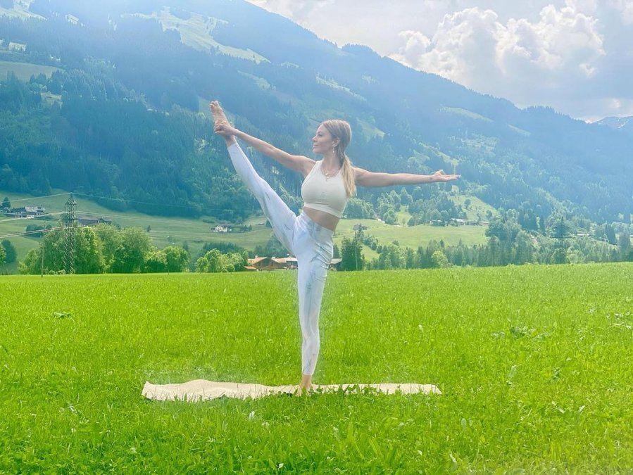 Mujer meditando blanco y negro   Mujer desnuda joven