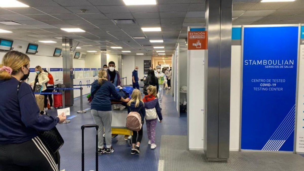 El infectólogo Luis Camera indicó que las personas contagiadas que llegan desde Estados Unidos es muy probable que tengan variante Delta.