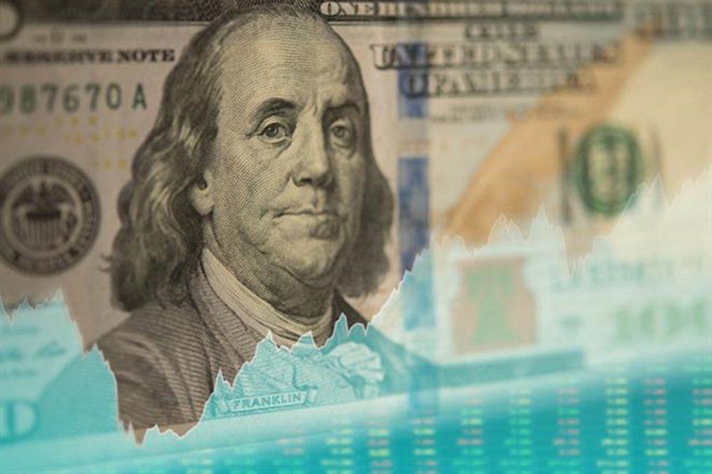 La decisión de reperfilar deuda impactó en el mercado: subió el dólar y el riesgo país