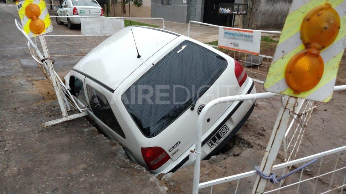 Un Volkswagen Gol cayó en un pozo señalizado por un corralito de Aguas Santafesinas.