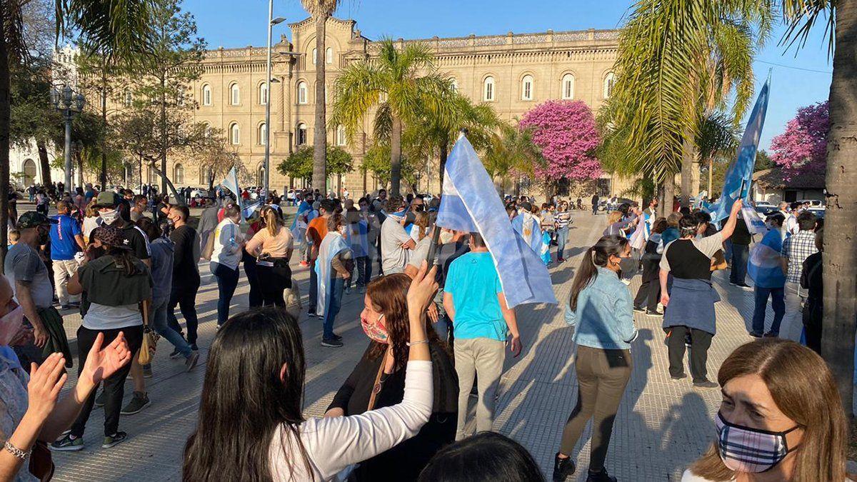 Con banderas y carteles