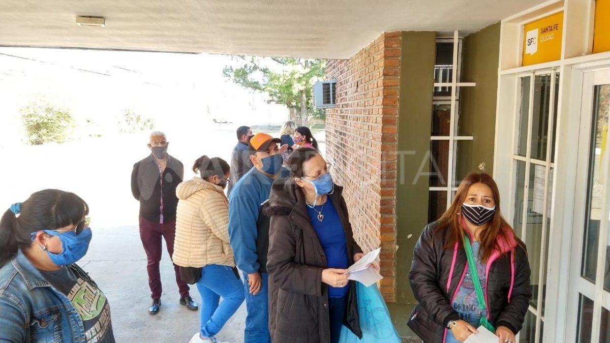 Inhumano: colas en la puerta del Cementerio Municipal para conseguir el permiso y velar a familiares fallecidos