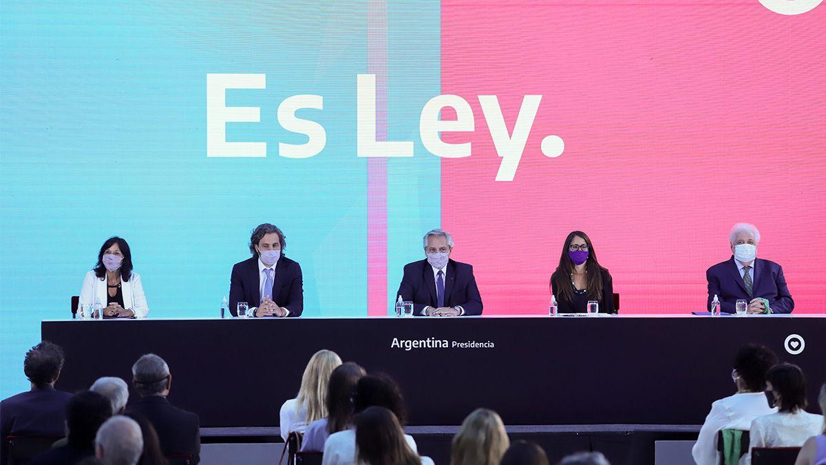 El presidente Alberto Fernández encabezó el acto de promulgación de las leyes de IVE y Plan 1.000 dias.