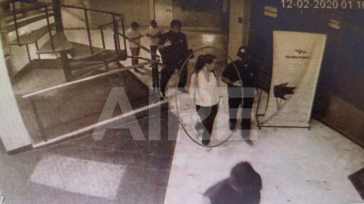 Momento en que la fiscal Cristina Ferraro se aleja de la oficina de Oldani Turismo