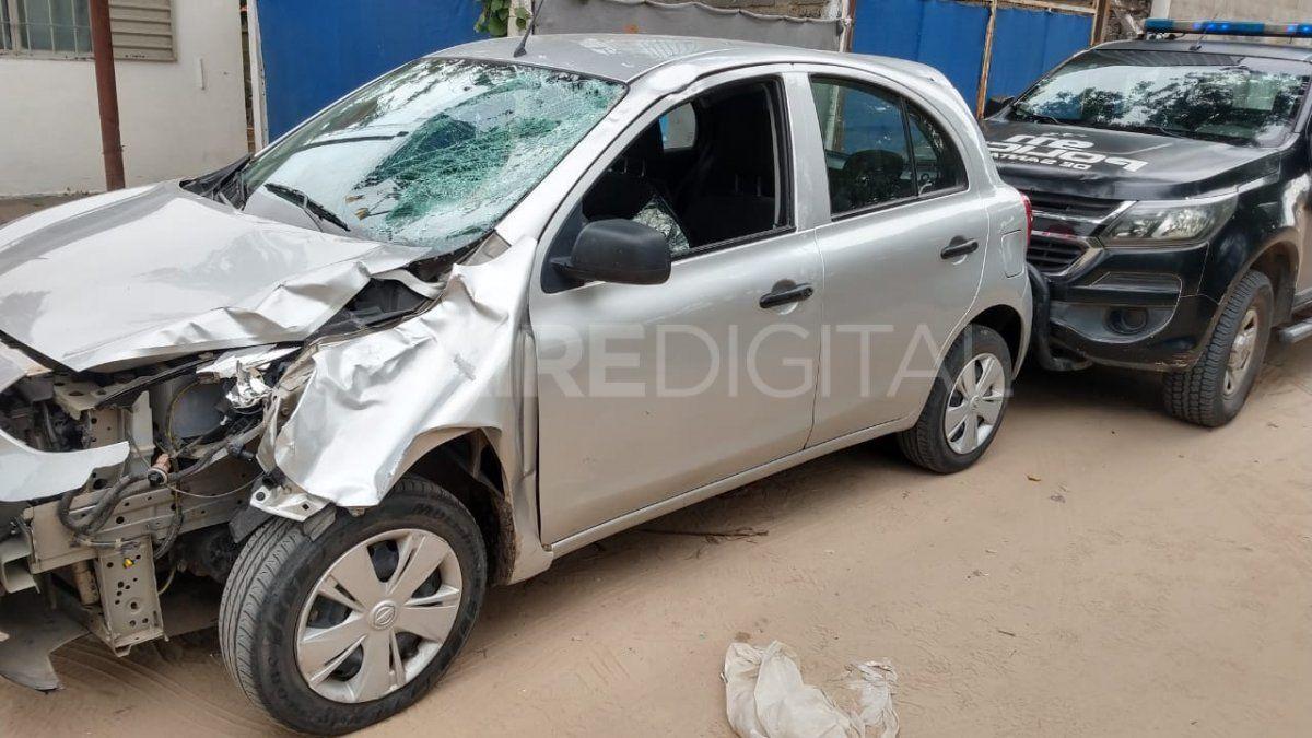 El conductor del auto dejó el vehículo y se fue del lugar del accidente.