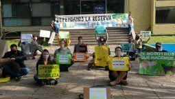 Organizaciones ambientalistas se manifestaron frente al Ministerio de Medio Ambiente, en contra de la construcción del aulario de la Ciudad Universitaria se está realizando en la reserva ecológica de la UNL.