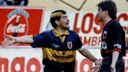 Diego Maradona y Julio César Toresani discuten fuertemente luego de la falta que Claudio Caniggia le propinó a Dante Unali. Boca 1-0 Colón, Apertura 1995.