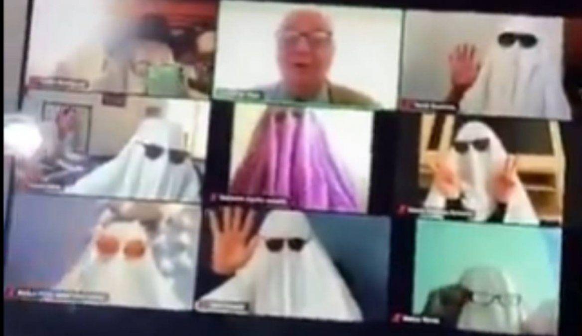 Alumnos asustan a profesor vestidos de fantasmas en clase virtual