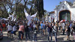 Momentos de tensión se viven en la tarde este lunes frente a la Quinta Presidencial de Olivos, donde manifestantes oficialistas y opositores se concentraron para apoyar y criticar, respectivamente, al gobierno de Alberto Fernández.
