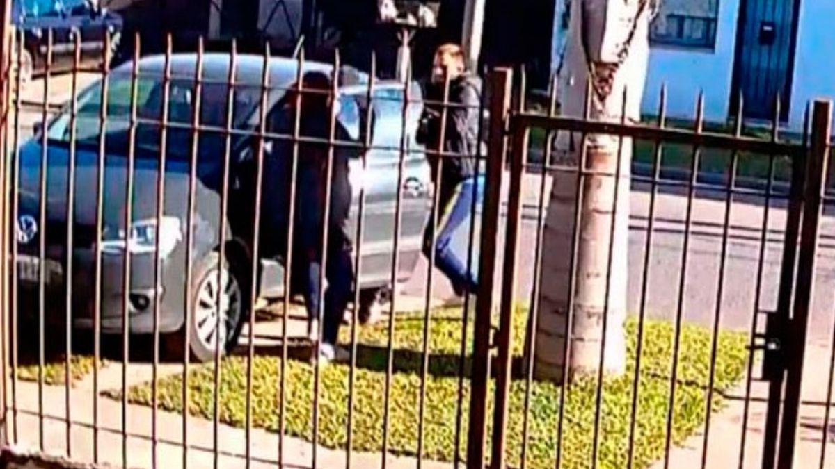 Detuvieron a los dos jóvenes que le robaron el auto a una mujer y se lo llevaron con el hijo de la víctima adentro
