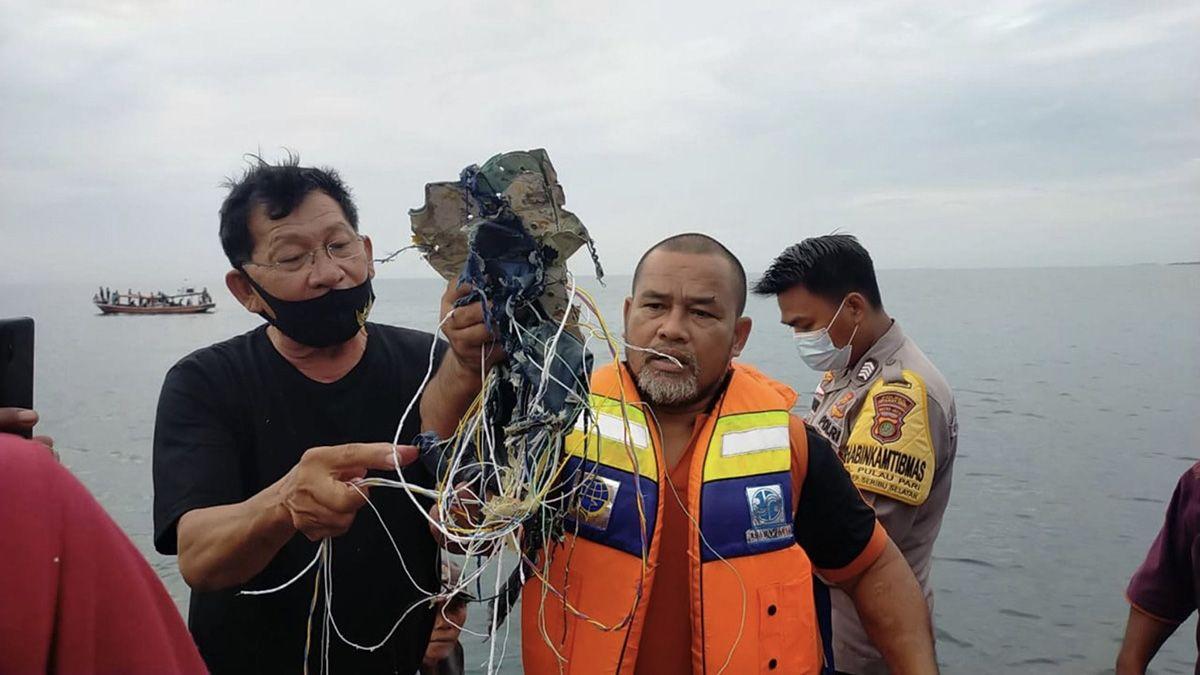 Indonesia: hallan restos humanos y la caja negra del avión que se estrelló en el mar