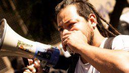 Se hizo conocido como El hombre del mortero durante las protestas frente al Congreso en 2017 por la nueva ley de movilidad jubilatoria. Sebastián Romero será precandidato a senador nacional por el Frente de Izquierda y de los Trabajadores (FIT) en Santa Fe.
