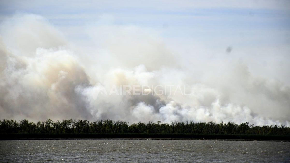 Incendios: brigadistas trabajan en extinción del fuego en islas del Paraná con medios aéreos y terrestres