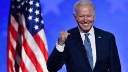 Con algo más de media hora de demora, sobre las 20:30 (dos horas menos que en Argentina), el mandatario electo, de 77 años, ingresó al escenario con un impecable traje azul, trotando y con barbijo, y afirmó en sus primeras palabras que los estadounidenses nos dieron una victoria clara y convincente.