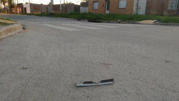 Por el choque una carcasa de uno de los vehículos quedó tirada en la calle.