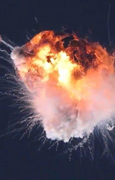 El cohete Alpha se desvió y dio una vuelta. La estructura soportó y parecía recuperar rumbo, pero volvió a desviarse. Luego simplemente explotó.