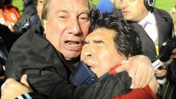 Ya le apagamos todos los televisores a Carlos, no queremos que se entere de la muerte de Diego porque lo quería mucho y le haría muy mal, manifestó Jorge Bilardo.