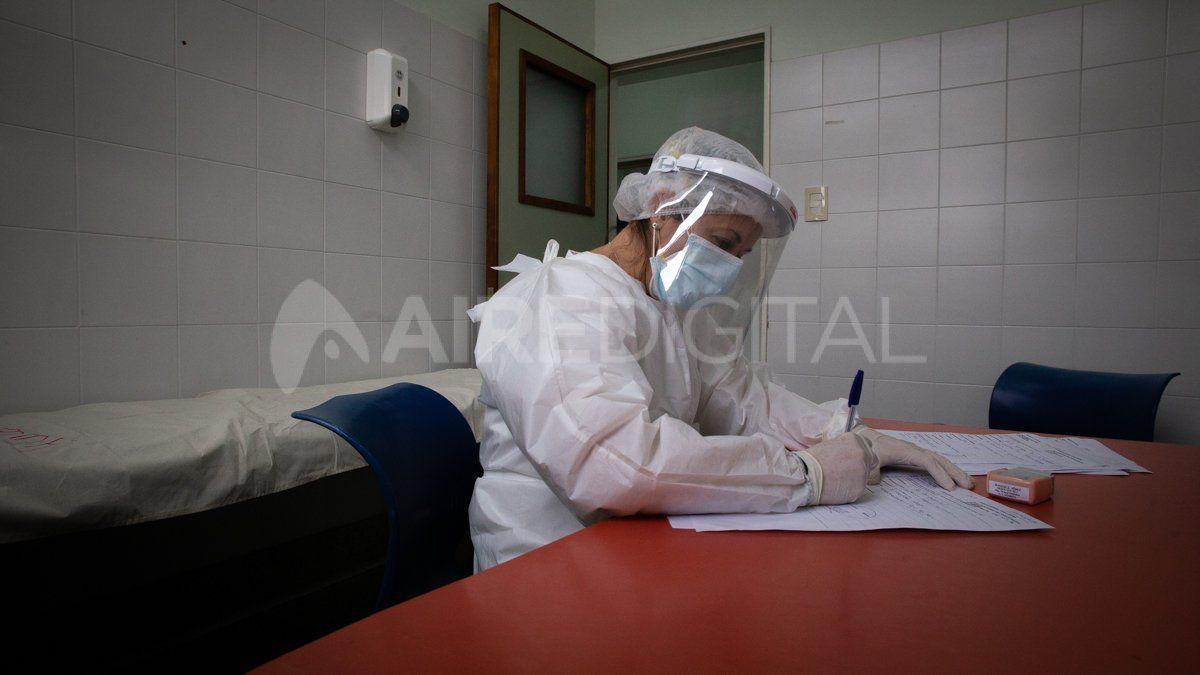 Los trabajadores de la salud pasan horas dentro de los hospital cubiertos por los trajes y equipamientos de protección del coronavirus.
