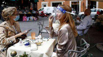 Italia: cuatro regiones podrían volver al uso de barbijo al aire libre por la suba de contagios
