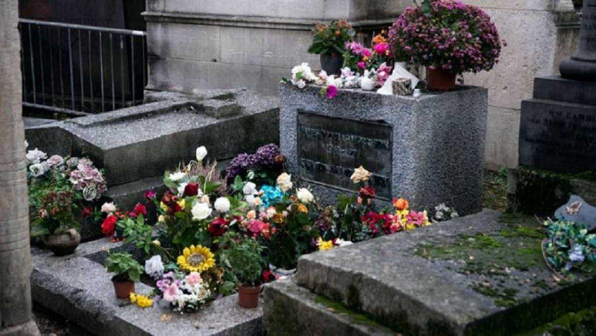 La foto de la tumba de Jim Morrison en el cementerio Père Lachaise de París