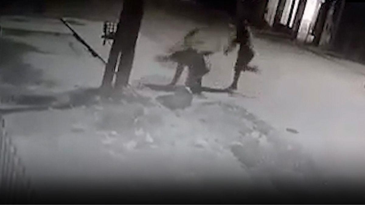 Las imágenes de la cámaras de la calle reflejan el momento de la golpiza al ladrón.