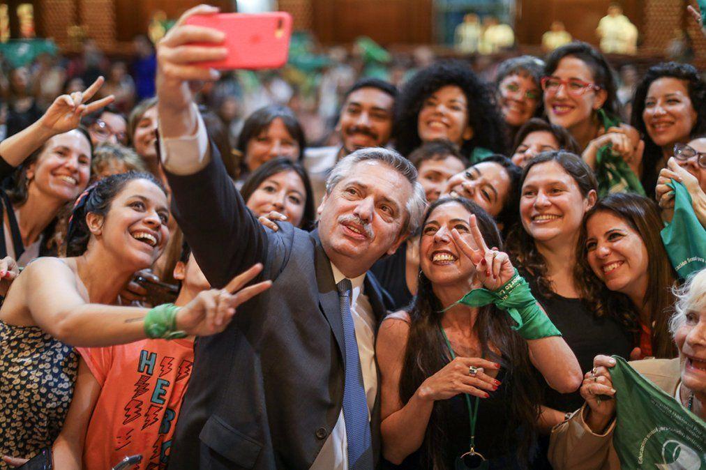 El presidente Alberto Fernández ratificó este lunes su compromiso para legalizar el aborto.
