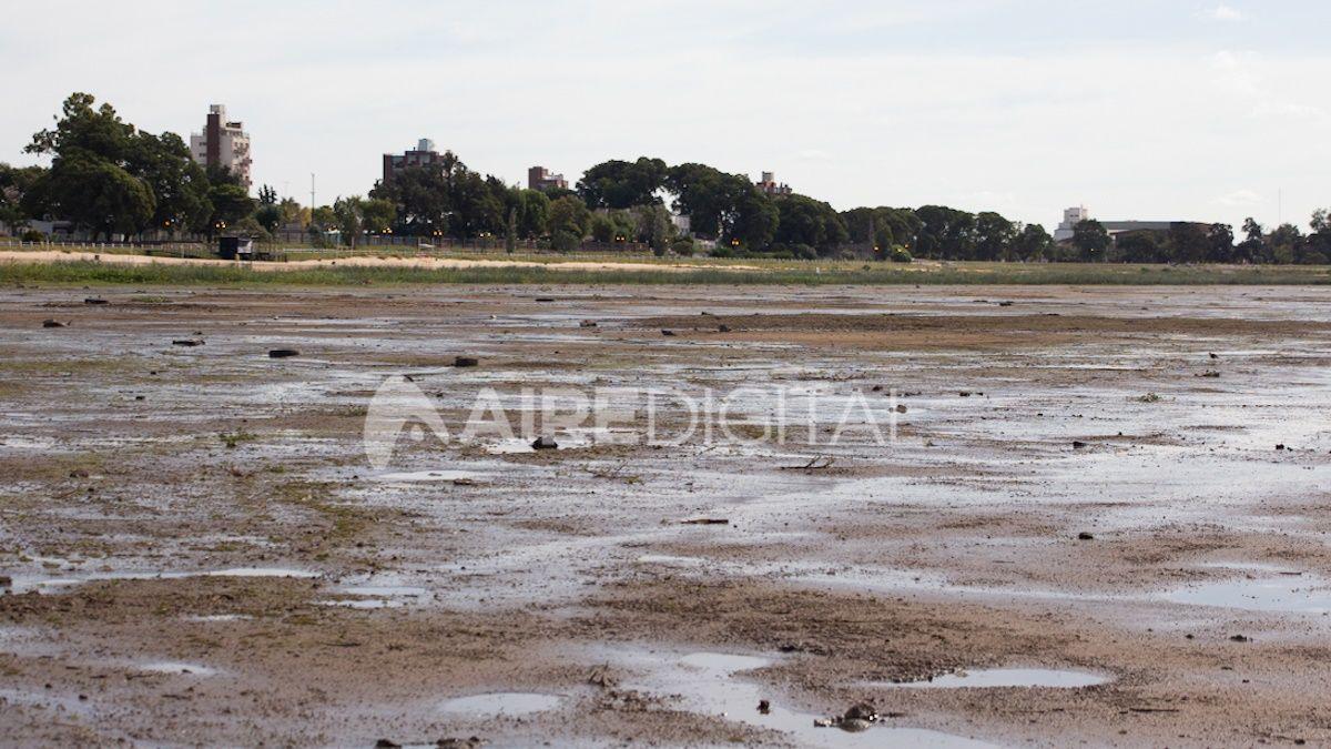 Los geólogos y especialistas que estudian el río advirtieron que es peligroso caminar dentro de la laguna a pesar de que sea muy playa porque hay pozos y zonas en las que el lecho es más frágil.