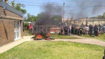Por el caso un grupo de padres de los alumnos realizó una fuerte protesta este jueves fuera del establecimiento educativo.