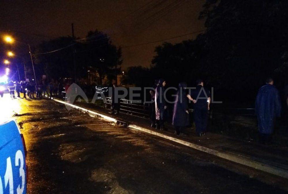 Un auto cayó a un arroyo desde un puente en Paraná y se complicó el rescate de la conductora