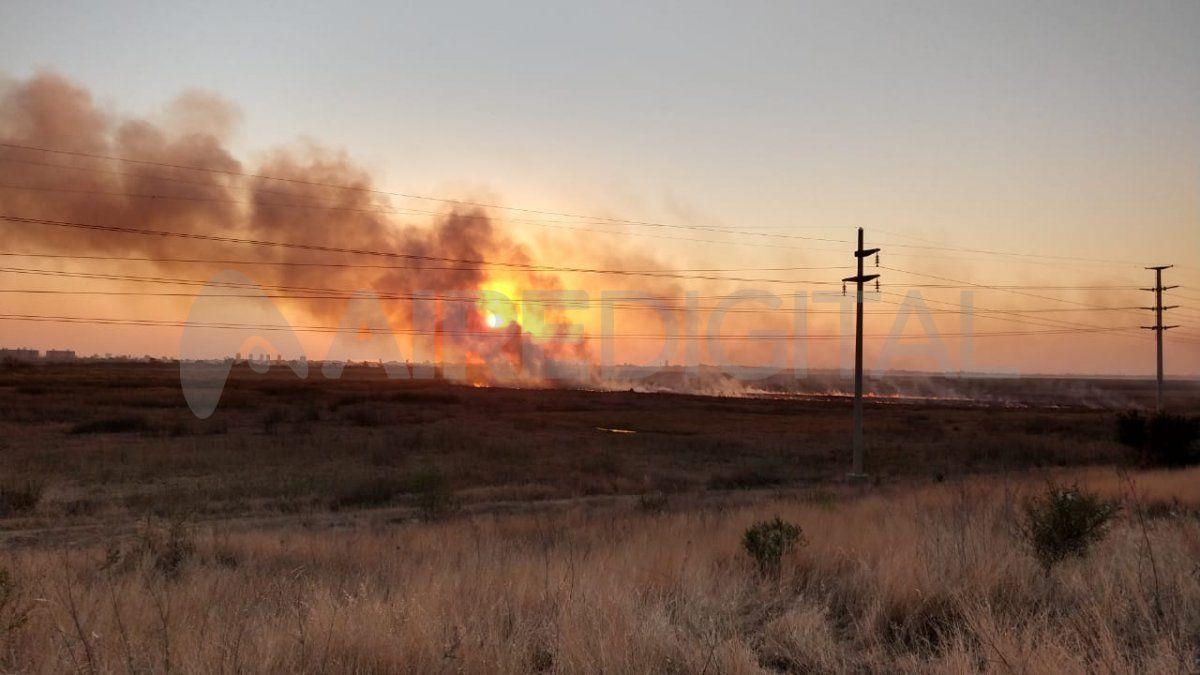 Así se vio por la tarde el incendio cerca de la defensa oeste de Colastiné.