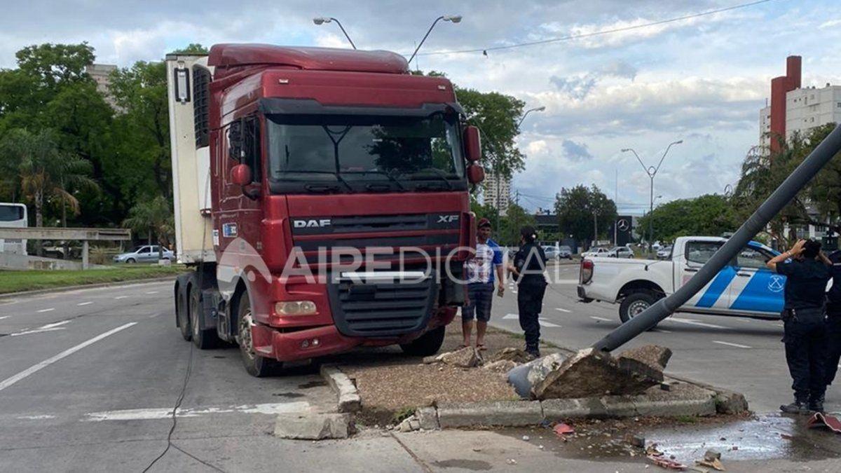 El camión impactó contra la columna y se produjo la rotura de la parrilla delantera y una de sus ópticas.