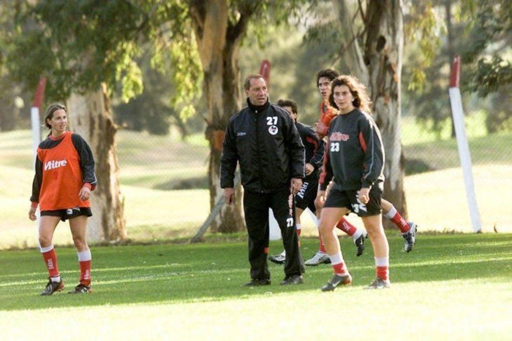 Carlos Bilardo incluyó a dos futbolistas del equipo femenino del Pincha durante un entrenamiento en el año 2003.