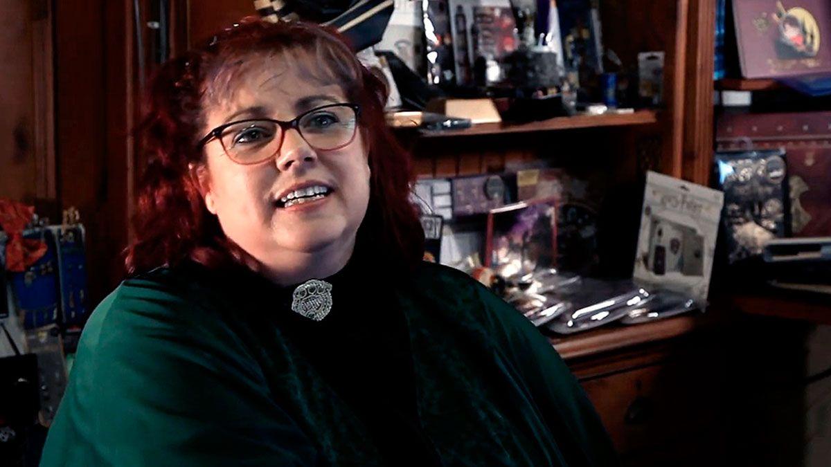 En un video la mujer abre la puerta de su casa e invita a ver su colección de 4.600 objetos referidos a la saga de Harry Potter.