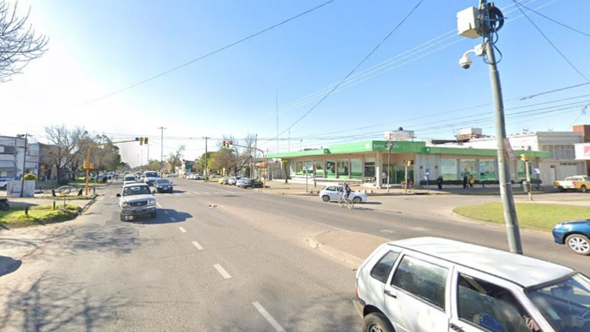 Comerciantes de López y Planes están preocupados por los indigentes que se instalaron en un banco y que agreden a los vecinos.