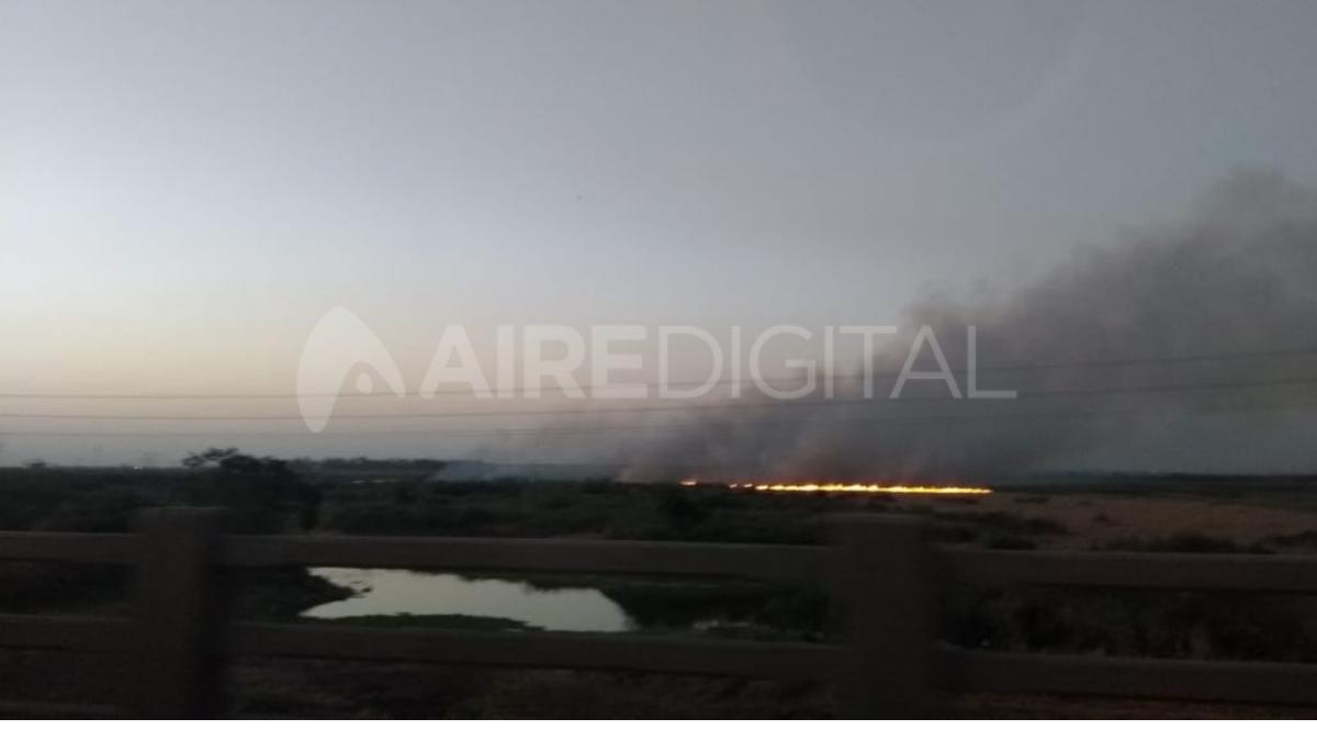 La quema de pastizales fue registrada por vecinos de Santo Tomé que viajaban hacia Santa Fe por el puente Carretero