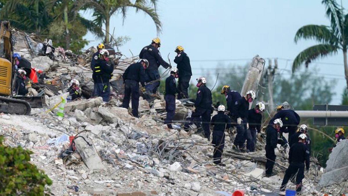 Los rescatistas trabajaban sobre los escombros de la torre derrumbada y la demolida recientemente.