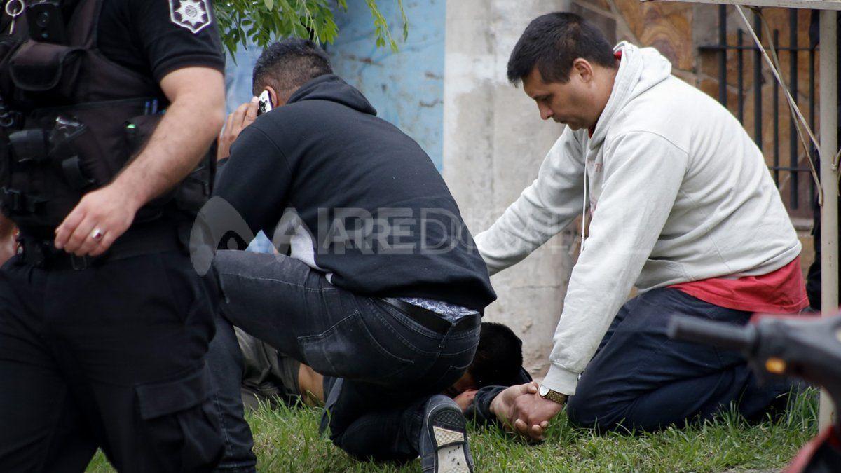 Lautaro quedó tendido con un balazo en la espalda y fue asistido por su papá