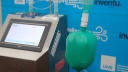 Los respiradores creados por la UNR poseen un costo reducido que oscila entre un 30 o 40 % de lo que sale un respirador convencional en el mercado y el desarrollo es de código abierto, por lo tanto se podrá fabricar donde sea necesario