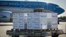 En el avión procedente de Moscú llegó también un cargamento con vacunas del componente 1 y 2.