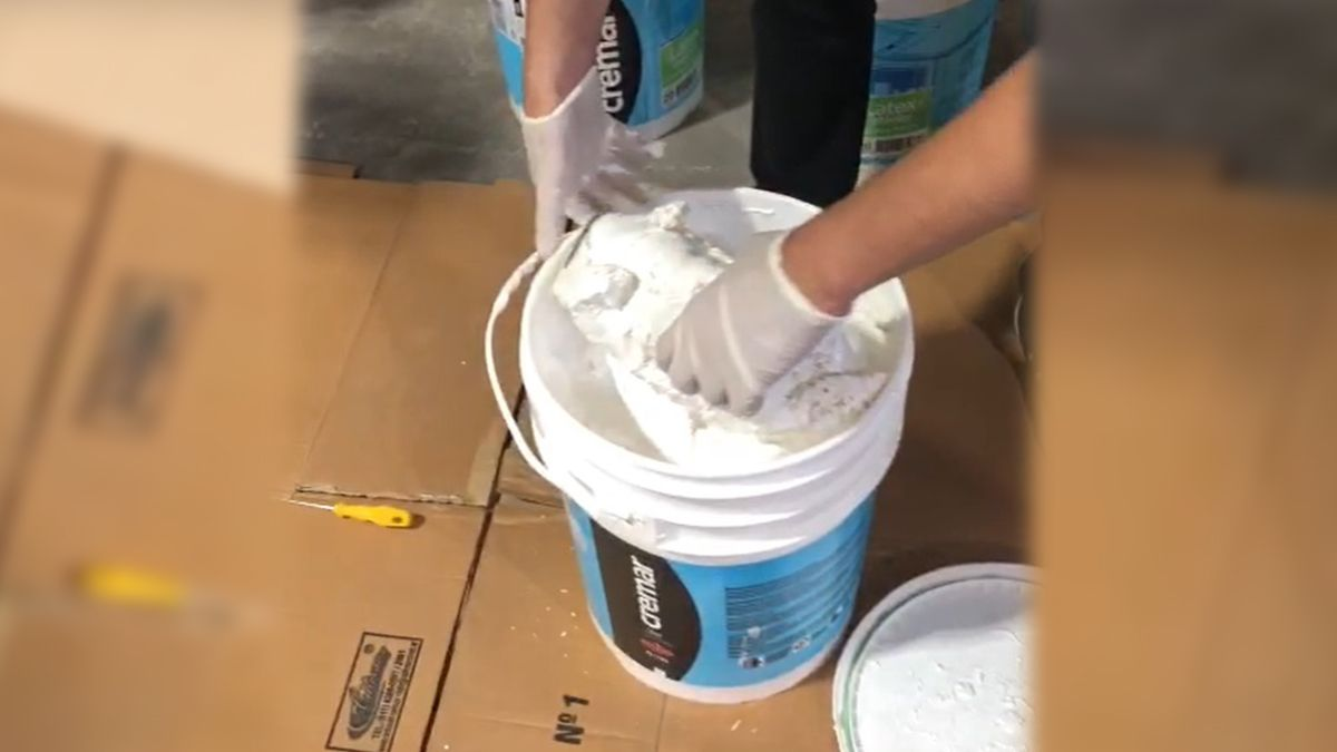 La cocaína iba sumergida en litros de pintura blanca.