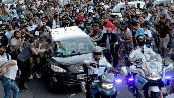 Así se producía la salida del féretro que transporta los restos de Diego Armando Maradona de la Casa Rosada con destino final al cementerio en Bella Vista.