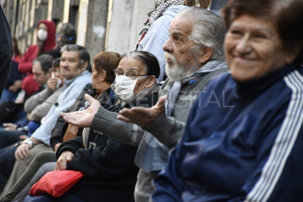 Jubilados en Rosario esperando ser atendidos en las inmediaciones de las sucursales bancarias de la ciudad.