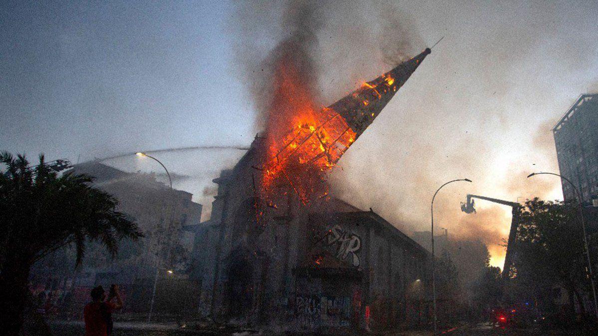Los manifestantes en Chile quemaron iglesias y generaron saqueos