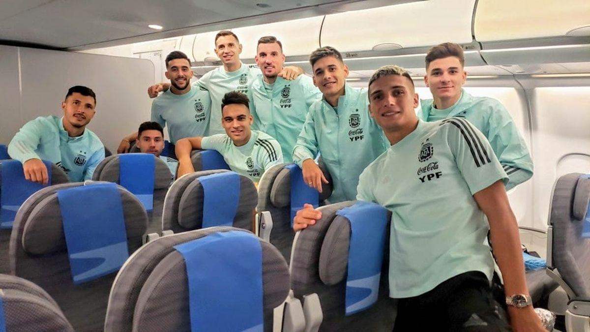 La foto de algunos de los jugadores en el chárter de regreso a Argentina.