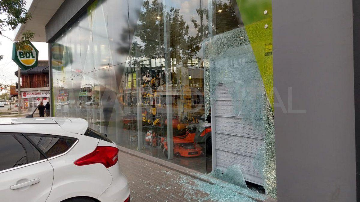 Los empleados del comercio llegaron temprano para sacar los restos de vidrios rotos y evaluar la magnitud del robo.