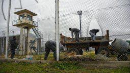 Ocho presos se fugaron del penal luego de que tres civiles atacaron con pistolas y ametralladoras las garitas de la cárcel. Con una amoladora, cortaron los dos tejidos para liberar presos del pabellón 14.