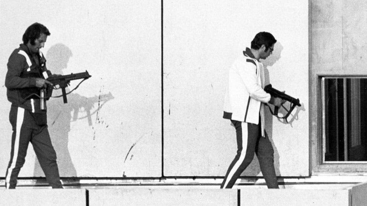 Los terroristas marchan armados en medio de la toma de rehenes. La Masacre de Munich fue uno de los actos más aberrantes en la historia del deporte.
