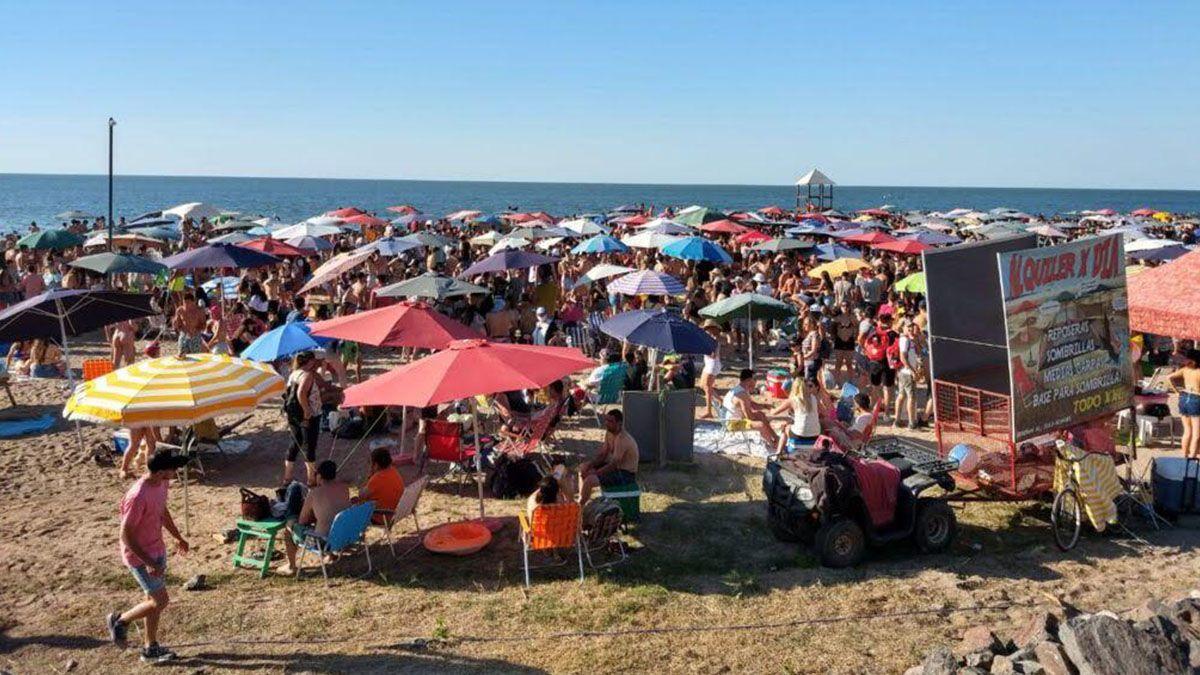 Una multitud se concentró en las playas de Miramar sin protegerse del contagio de coronavirus.