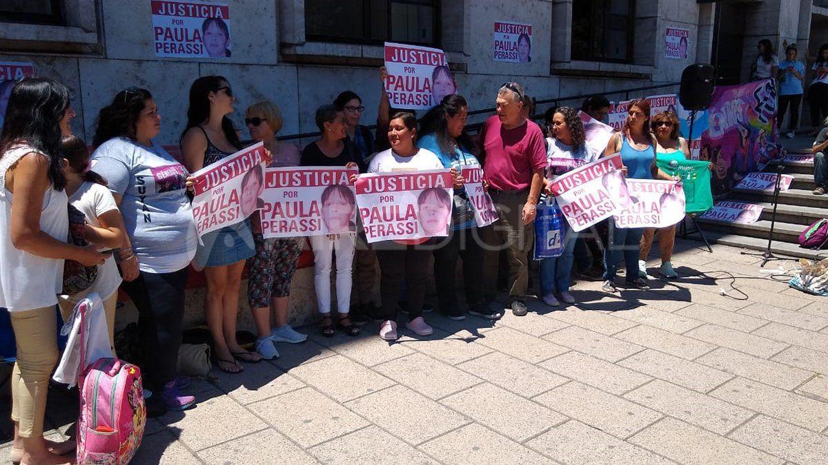 Familiares y allegados se concentraron este lunes fuera de tribunales.