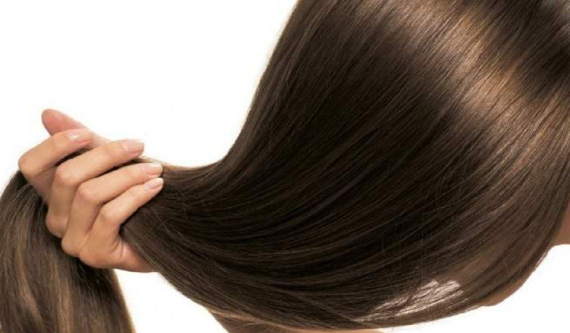 Cómo aclarar el cabello oscuro de forma natural con vinagre